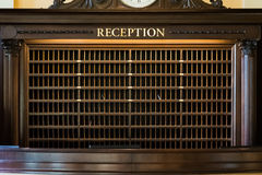 Hotelowego biurko skrzynek pocztowa Recepcyjnego Geometrycznego szyka Perspektywiczna poczta Obraz Stock