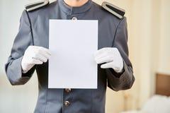Hotelowego concierge mienia pusty papier Obraz Royalty Free