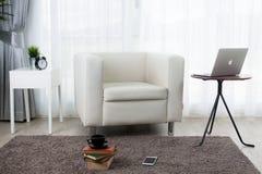 Hotelowej sypialni wewnętrzny projekt Biały sypialni położenia studio dla Zdjęcie Royalty Free