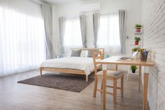 Hotelowej sypialni wewnętrzny projekt Biały sypialni położenia studio dla Obraz Royalty Free