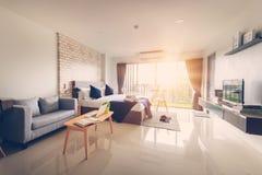 Hotelowej sypialni wewnętrzny projekt Biały sypialni położenia studio dla Obrazy Royalty Free