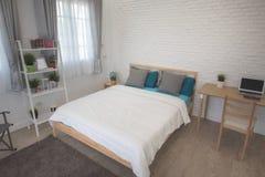 Hotelowej sypialni wewnętrzny projekt Biały sypialni położenia studio dla czynszu Fotografia Stock