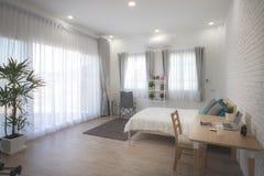 Hotelowej sypialni wewnętrzny projekt Biały sypialni położenia studio dla czynszu Obrazy Stock