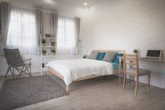 Hotelowej sypialni wewnętrzny projekt Biały sypialni położenia studio dla czynszu Zdjęcie Royalty Free