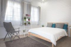Hotelowej sypialni wewnętrzny projekt Biały sypialni położenia studio dla czynszu Zdjęcia Royalty Free