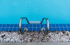 Hotelowy błękitny pływacki basen fotografia stock