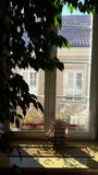 Hotelowy okno z Nadokiennym parapetem Zdjęcia Stock