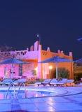 Hotelowy pływacki basen przy nocą Fotografia Royalty Free