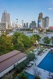 Hotelowy podwórko z basenu, sundeck i miasta widokiem, na widok Zdjęcia Stock