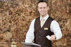 Hotelowy pracownik z kluczową kartą Fotografia Royalty Free