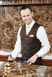 Hotelowy pracownik z kluczową kartą Zdjęcia Royalty Free