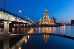 Hotelowy Ukraina, jeden Siedem siostr budynków przy półmrokiem, Moskwa Obraz Stock