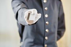Hotelowy urzędnik oferuje kluczową kartę Fotografia Stock