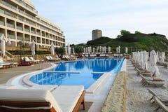 Hotelpool bij luxetoevlucht Halkidiki, Griekenland Stock Foto