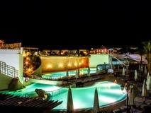 Hotelpool in der Nacht Lizenzfreies Stockbild