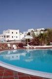 Hotelpool mit griechischer Inselarchitektur Stockbild