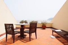 Hotelrücksortierungraum mit dem Balkon, der das Meer gegenüberstellt Lizenzfreie Stockfotos