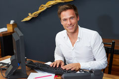 Hotelreceptionnist Working At Computer Royalty-vrije Stock Afbeelding