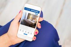Hotelreservering app op smartphone stock afbeelding