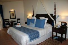 Hotelruimte in blauwe tonen Stock Fotografie