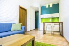 Hotelruimte met bank en kitchenette Stock Foto
