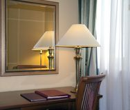 Hotelruimte met bureaulamp stock afbeelding