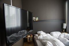 Hotelruimte met TV Stock Foto