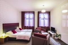 Hotelruimte met twee eenpersoonsbedden Stock Afbeeldingen