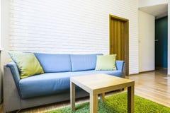 Hotelruimte met twee eenpersoonsbedden Stock Foto's