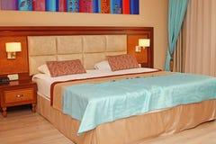 Hotelruimte met tweepersoonsbed Stock Foto's