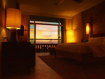 Hotelruimte met zonsondergangmening Stock Foto