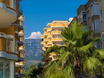 Hotels in de toevlucht van Turkije, palm en achtergrondberg royalty-vrije stock foto's
