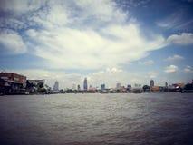 Hotels door de riviermening van een boot in Thailand stock foto