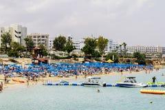 Hotels en strand bij Vijgeboombaai in Protaras cyprus stock foto's
