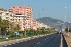 Hotels langs de maniertribune tegen blauwe hemel Stock Foto's