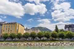 Hotels in Lourdes stellten entlang dem Fluss gaben De Pau auf Lizenzfreie Stockbilder
