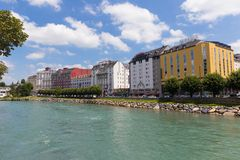 Hotels in Lourdes stellten entlang dem Fluss gaben De Pau auf Stockfotografie
