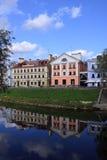 Hotels op rivierbank van Pskov Stock Foto