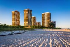 Hotels und Eigentumswohnungstürme auf dem Strand im Sänger Island, Florida lizenzfreie stockfotos