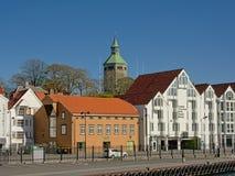 Hotels und Restaurants mit historischem Wachturm Valberg hinten in im Stadtzentrum gelegenem Stavanger, Norwegen lizenzfreies stockbild