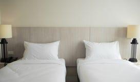 Hotelschlafzimmer stockfotos