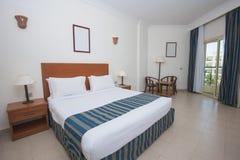 Hotelschlafzimmer mit Poolansicht lizenzfreies stockbild