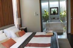 Hotelschlafzimmer und -badezimmer Lizenzfreies Stockfoto