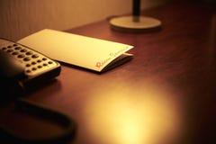 Hotelschreibtisch, weiches Licht und Zimmerservice lizenzfreie stockfotos