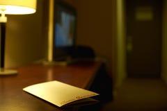 Hotelschreibtisch, weiches Licht und Zimmerservice lizenzfreie stockbilder