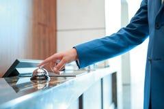Hotelservice-Glocke an der Aufnahme Stockbild