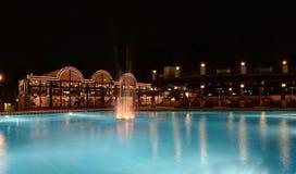 HotelSwimmingpool nachts Lizenzfreie Stockfotografie