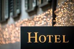 Hotelteken bij schemer stock foto's