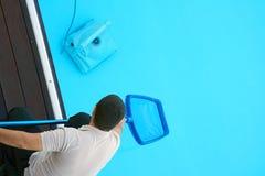 Hotelu pięcioliniowy pracownik czyści basenu Zdjęcia Royalty Free