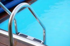 Hotelu pięcioliniowy pracownik czyści basenu Obraz Stock